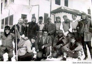 İlk Kayak Hareketleri Ayaktakilerden sağdan birinci Tayyar Akkeskin, üçüncü Saim Altıok , dördüncü İ Celal Antel , beşinci İsmail Hakkı Alpan ve sondaki Dr.Cevat Tahsin Peksun