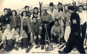 Saim Altıok'un Uludağ'ı son ziyareti.Ön sıra sol başta S.Altıok, yanın milli kayakçı Mahmut Eroğlu, arkasında milli kayakçı Muzaffer Demirhan. Oturanlardan sağdan ikinci İlhan Peksun (1957 yılı)