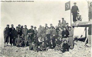 Ayakta soldan birinci Selahattin Daci, altıncı Saim Altıok, onuncu Cevat Tahsin Peksun, oturanlardan sağdan ikinci H. Muzaffer Kalkan