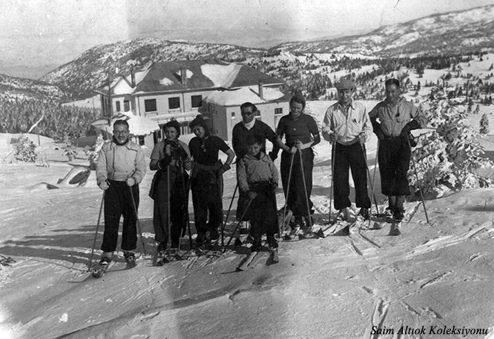 Bir grup kayakçı ve arkada Büyük Otel-Resmin sağında Saim Altıok,sağdan üçüncü Şahsine Altıok ,onun yanında Ekrem ve Nezihe Yöntem önde ben