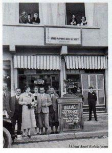 Keriman Halis Kulübün önünde-Sağdan birinci Saim Altıok, Musa Ataş, Şahsine Altıok, Keriman Halis, Babası Halis Bey. Yukarıda sağ pencerede sağda H. Muzaffer Kalkan.