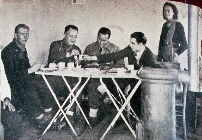 """""""Sağda ayakta duran bayan kayakçı H.Muzaffer Kalkan, soldan üçüncü Kulüp Başkanı Saim Altıok , dördüncü ise Tevfik Halis Beydir."""""""