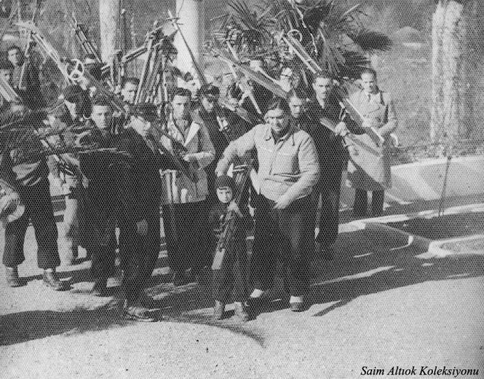 Bir etkinlik için hazırlanan kayakçılar Çelik Palas'ın önünde. -Resmin solunda Musa Ataş,ortadaki küçük kayakçı ben,sağdaki Ankaralı kayakçılardan Namık Katoğlu