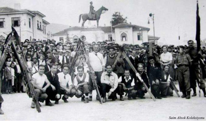 Bir törene katılan Bursalı kayakçılar-Oturanlardan soldan üçüncü Saim Altıok,en sağdaki bayan sporcu H.Muzaffer Kalkan