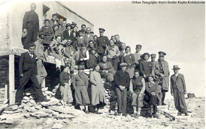 Sağdan ilk sıradan ikinci Selahattin Daci, set üstünde oturanlardan soldan ikinici ve ücüncü H. Muzaffer Kalkan ile Saim Altıok