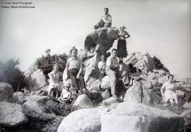 Soldan birinci Leyla Antel, ikinci İhsan Özdoğan, Şahsine Altıok, en sağda Belkıs Antel (Özdoğan), En üstte Saim Altıok (Bakacak 1937)