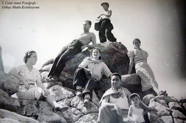 Sol başta Belkıs Antel (Özdoğan), ikinci İhsan Özdoğan, önünde Şahsine Altıok, onun yayında Leyla Antel, önde Saim Altıok ve ben ( Bakacak 1937)