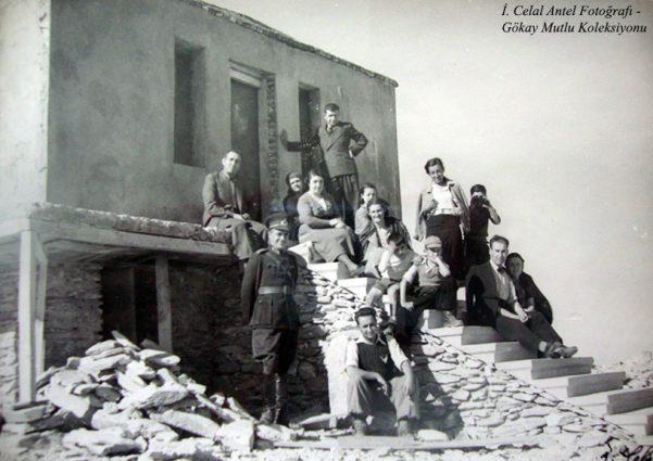 En yukarıda solda Eczacı Selahattin bey, aşağıda çömelmiş Saim Altıok, onun arkasında Şahsine Altıok ve kucağında ben , önde sağda Belkıs Antel (Özdoğan) yanında İhsan Özdoğan(1937)